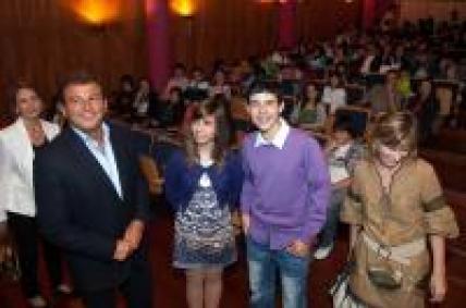 """Javier Guerra no acto de entrega dos premios do concurso: """"Consumópolis 5: Ti, de que vas? A min mólame o consumo responsable"""""""