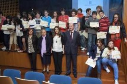 A presidenta do Instituto Galego de Consumo, Sol Vázquez, e o director xeral de Educación, Manuel Corredoira, entregaron hoxe os