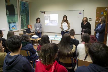 A directora xeral de Comercio e Consumo, Sol Vázquez Abeal, visitou hoxe as actividades que realiza a Escola Galega do Consumo,